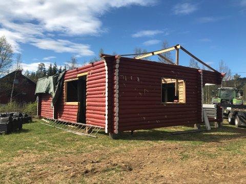 TORPA: Tømmerhuset står nå i Torpa.
