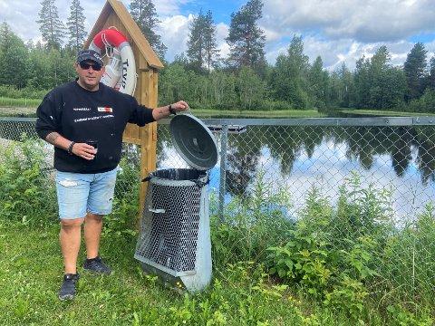 INGEN VIL HENTE: Søppelkassene ved badedammen på Veltmannåa har kommet på plass etter privat initiativ, og de må også tømmes av private da kommunen ikke hjelper til. Det synes ildsjeler som nabo Atle Paulsrud at blir feil.