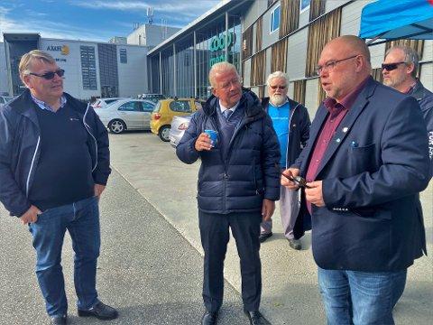 TREKKPLASTER: Carl Ivar Hagen (i midten) er takknemlig for at nominasjonskomiteen har foreslått ham på førsteplass for Oppland FrP, og sammen med Stig Vestli (t.v.) og Lars Rem, ledere i henholdsvis Vestre Toten og Østre Toten Frp, håper han at den endelige innstillingen også blir slik.