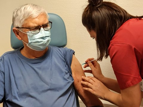 VAKSINERT: 87-åringen Bjarne Gunnar Halsan fra Skreia får her vaksinen fra Pfizer satt av sykepleier Stine Johansen ved Skreia legesenter.