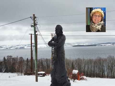KABELROT OG STOLPER: Utsikten mot Helgøya og Nes skjemmes av Elvias installasjoner på Billerud og Peder Balke-senteret. Det får Kristin Jordfald (innfelt) til å reagere.