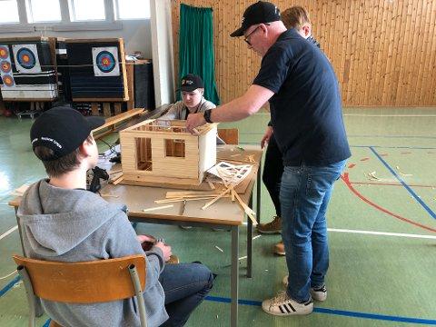 VEILEDNING: Pål Thune hadde meg seg en lærling og en fagarbeider fra Backe Oppland for å hjelpe elevene i byggingen av modellhusene.