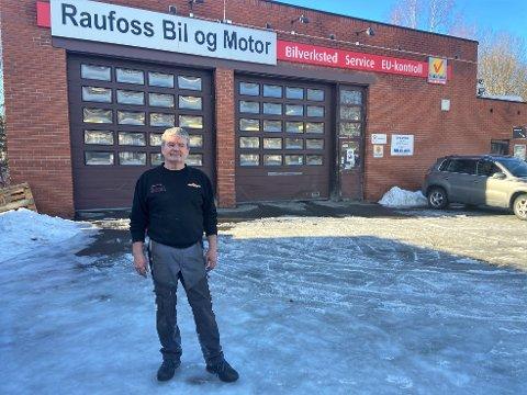 MED TUNGT HJERTE: Per Ole Knutsen har jobbet med bil i 38 år, og startet Raufoss bil og motor for 17 år siden. Med tungt hjerte ser han seg nødt til å forsøke å finne en arvtaker til bedriften.