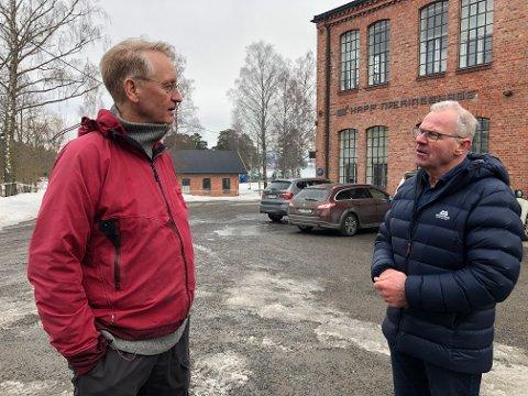 FÅR OVERSIKT: Mjøsmuseets Arne Julsrud Berg (t.v.) og daglig leder Ole Festad Lund i Østre Toten eiendomsselskap på Kapp dagen etter brannen.