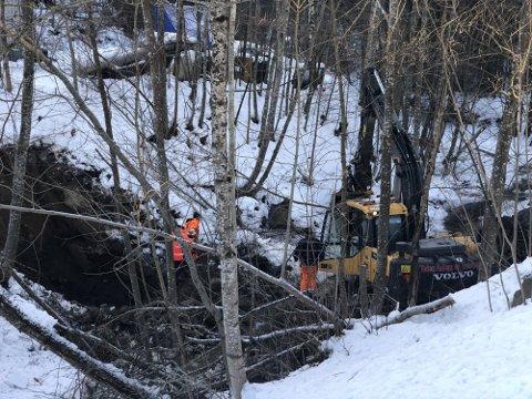 KRONGLETE: Bruddet er i ledningen som ligger under Hekshuselva, og gjør arbeidet med reparasjon utfordrende. Dette bildet er fra lørdagens innsats.
