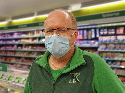 PÅ MED MUNNBIND: Svein Håvard Linnerud og de ansatte på Kiwi på Kapp har tatt på munnbind. Det anbefales at de handlende også gjør det.