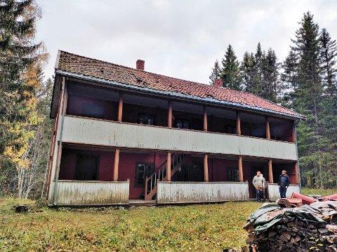 """MYE HISTORIE: Mange har fortsatt et forhold til """"Boli'n"""" som i sin tid huset fabrikkarbeidere på Raufoss. Nå står den til forfall på Stenberg i Østre Toten, men det vil Stian Olafsen og andre ildsjeler nå gjøre noe med."""