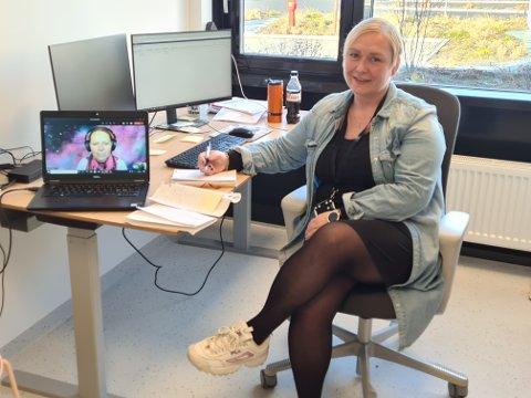 VARSLERE: Gry-Hege Strandbakke jobber for anledningen fra kontoret, mens Inger Lise Willerud er på hjemmekontor. De er to av medlemmene i kommunens varslingsteam.