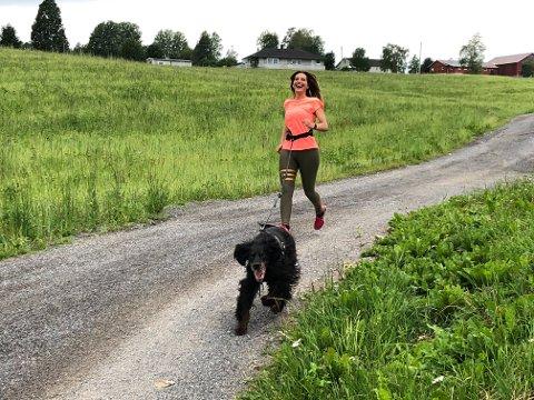 DRIVKRAFT: Hunden Rambo har fått tilnavnet Gundas motor, og lever godt opp til det navnet på joggeturene.