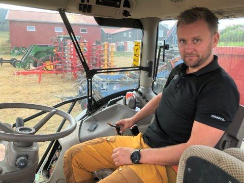 KLIPPET: Tyvene har klippet ledningene til styrekonsollen i traktorene. Hele kontrollpanelet har de også skrudd av og tatt med seg. Eier, Per Håkon Hveem, fortviler over hendelsen.