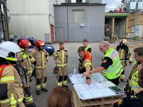 RØYKUTVIKLING: 18. august måtte Østre Toten brannvesen rykke ut til Felleskjøpet på Lena i forbindelse med røykutvikling i siloen.