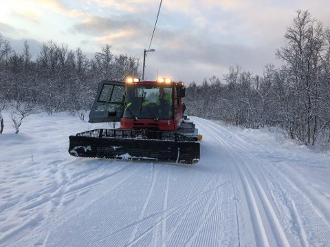 STRØKENT: Ved den samiske barnehagen Guovssahas på toppen av øya, er forholdene gode for skigåing tirsdag morgen.
