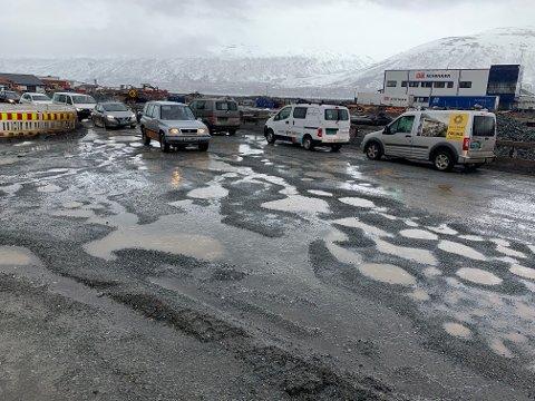 KAOS: Stakkevollvegen er igjen i oppløsning. Entreprenøren jobber med å utbedre veistrekningen tirsdag formiddag.
