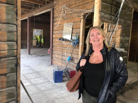 OPPUSSING: Marit Elisa Lorentzen innenfor døren på sin gamle arbeidsplass Le Mirage og Peppermøllen.