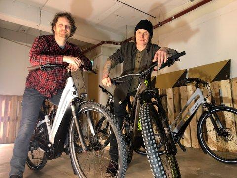 SATSER PÅ EL: Stian Skjærvik og Jonas Thoresen, to av de fire som står bak Bikeriet, flytter snart ut av de midlertidige lokalene i Brennbygget  i Kaigata og til Jekta. Åpninga blir så tidlig som mulig i april. Foto: Are Medby