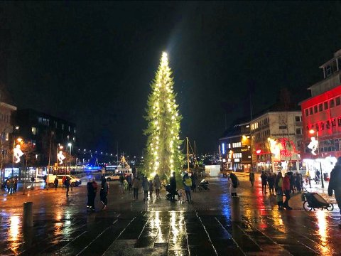 TENT: Tradisjonen tro: Julegrana lyser opp Stortorget.
