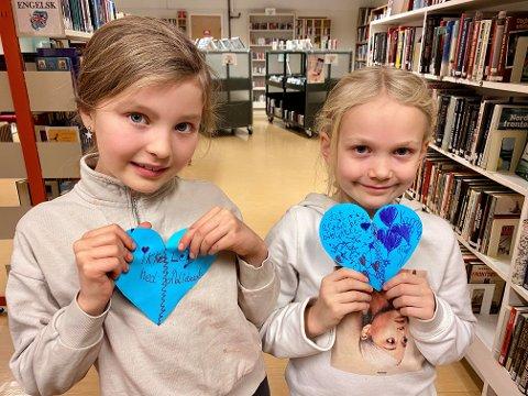 GLAD I BIBLIOTEKET: Live Marie Nave Rise og Petra Wiesener var blant dem som tegnet hjerter til støtte for Tromsdalen bydelsbibliotek. Engasjementet rundt biblioteket blir lagt merke til, også nasjonalt. Foto: Marte Hotvedt