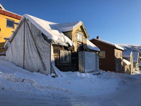TILDEKKET: Snart skal det skje ting i rønna på hjørnet igjen. Kommunen har fått søknad om igangsettelse, og huset skal tilbakeføres til utseende fra 1938.