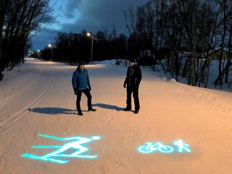 TESTER LYS: Henrik Romsaas og Tor Ditlevsen testet lysene fredag kveld.