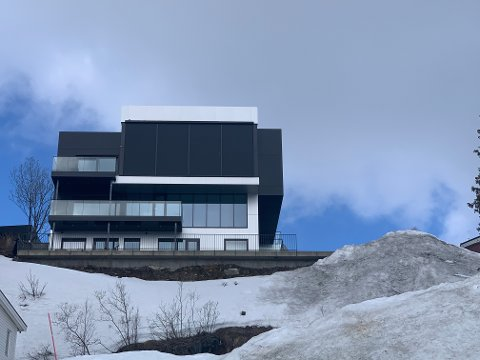 SKEPTISK: Kommunen varsler avslag på søknaden om en 70 kvadratmeter stor veranda på villaen på toppen av øya.