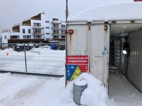 REISER SEG: Blokkene på Norrøna Boligpark reiser seg én etter én. Nå mener nabo at grunnarbeidene kan ha forårsaket setningsskader i boligen som ligger 100 meter unna.