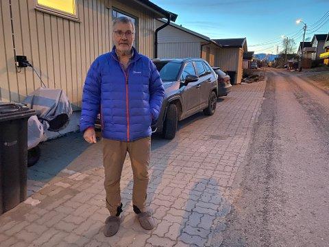 VIL HA SVAR: Jan Indseth vil ha svar på hvor han kan lade bilen, for å unngå konflikt med brøytebilen.  Bydrift mener det blir vanskelig, når halve bilen ifølge kommunens egne kart står på vegen.