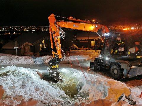 HJULGRAVER: Fredrik Fremnesvik og hjulgraveren åpner et sluk i Orionvegen i Tromsdalen.
