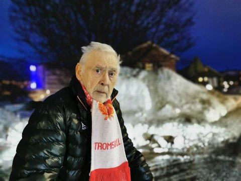 SNØ-MYSTERIUM: Leiv Espejord har bodd i huset sitt i Mellomvegen i 84 år, men aldri opplevd noe liknende.