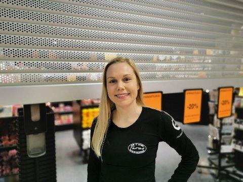 NYBAKT: Den nybakte daglige lederen Milla Christiansen sto stolt klar utenfor butikken på åpningsdagen.