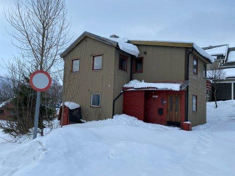 RIVES: Eneboligen på tomta skal rives, og erstattes med tre nye og moderne leiligheter.