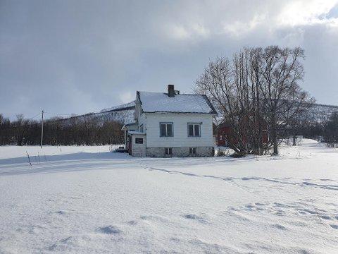 IDYLL: Det lille huset har fin utsikt over havet, stor tomt og fine solforhold. Men det har betydelig moderniseringsbehov.