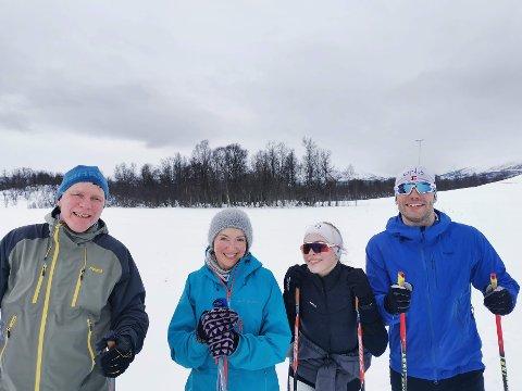 VÆR: Morten Karlsen, Ann Kirstin Haukland, Julie Haukland og Andreas Raakjær nøt oppholdsværet og fikk til og med se sola.