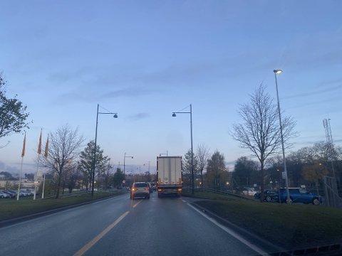 STANS: Morgentrafikken forstyrret av et et vogntog som hadde stanset på E6 midt i Steinkjer. Bildet tatt i 07.40-tiden.