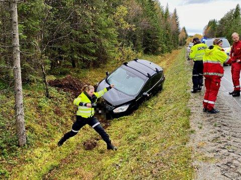 HAVNET I GRØFTA: En bil med to personer havnet i grøfta ved Fv. 17 i Overhalla onsdag.