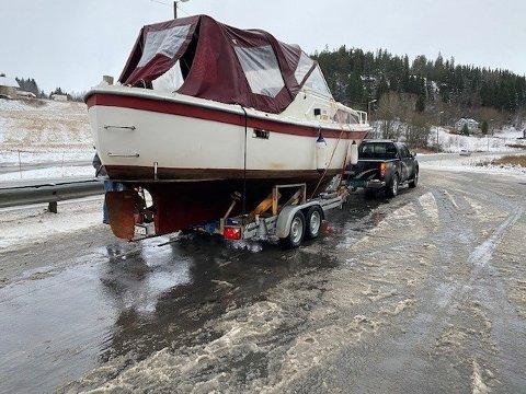 BLIR ANMELDT: En fører blir anmeldt for å kjøre med en tilhenger som var overlastet med 1000 kg.  tilhenger fraktet en båt, i tillegg var det ikke tilkoblet lys bak på tilhengeren opplyser Statens vegvesen
