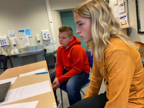 NY OPPLÆRINGSLOV: Magnus Grongstad Arnøy (13) og Ronja Torsdatter Ingvaldsen (13) er begge elever i 8. klasse på Malm skole. Mandag møtte de kunnskapsministeren og elever fra hele landet i et digitalt møte for å gi sin mening om hvordan læring skal se ut i fremtiden.