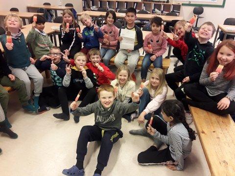 IS TIL LUNSJ: Da klasse 3B på Ørmelen skole sendte en jeg-fortellingen til statsministeren var det med et lite håp om at hun skulle gjøre som i historien og gi alle barn og voksne i Verdal is til lunsj hver dag. Da svaret endelig kom var det ikke helt som 8-åringene hadde håpet, men likevel ble det feiret med is!