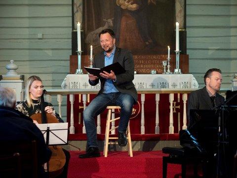 RAMSALT: Tett fulgt av musikken til Karoline Brevik på cello og Knut Anders Vestad på piano gir Tore B. Granås stemmer til et rikt persongalleri i en ramsalt seilas som skal koste noen livet, og for andre gi ny mening til det livet de lever.