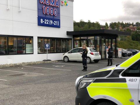 En bil kjørte lørdag formiddag inn i veggen til Rema-butikken på Moan i Levanger, og laget bulk i veggen under vinduet. Her gjør politiet undersøkelser.