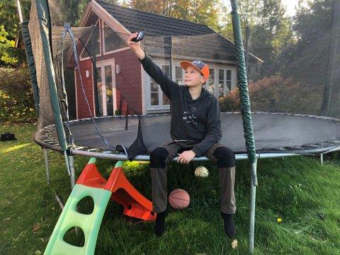IEžARI: Jaahke Elias Jåma (11, snart 12) som bor i Henning i Steinkjer, er i gang med å filme seg selv til den nye sesongen av barne-tv-serien Iežar (Selfie).