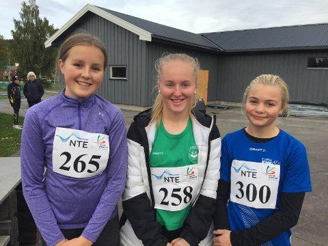 ALLSIDIGE: Frosta-jenta Anna Laugen (midten) tok tre gull og fire sølv i 13-årsklassen. Her etter kuleøvelsen, som hun vant foran Carmen Nilsson Rismark, Stjørdal (300) og Rakel Lerfald Størset, Hegra (265).