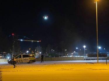 POLITITAKTISK:  Politiet tok i bruk drone for å få oversikt i søke t etter den antatte gjerningsmannen - og  av sikkerhetsmessige årsaker.