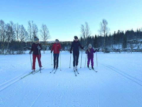 PÅ TUR: Søndag og solskinn resulterte i folksomme langrennsløyper på Frolfjellet. Solveig Salthammer Kolaas (fra venstre) tok med døtrene Eirin, Live og Ildri Kolaas Aune på tur.