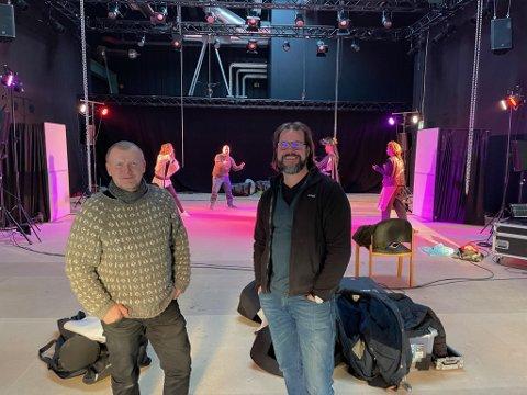 TYDELIG BEHOV: Kunstnerisk leder Kjell Moberg (t.h.) ved Kloden teater forteller at teateret allerede nå har fått henvendelser nok til å fylle programmet i fire år framover. Her er Moberg sammen med teatersjef Ådne Sekkelsten i teaterets lokaler.