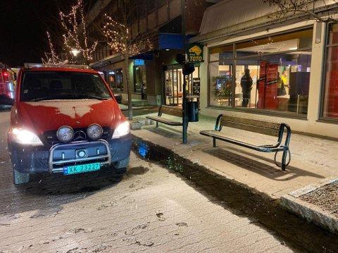 LEKKASJE: Både brannvesenet og politiet er på plass i forbindelse med en lekkasje i Stjørdal sentrum lørdag kveld.