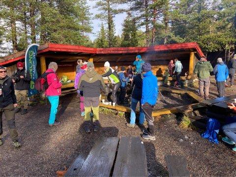 AVSLUTNING: Rundt 500 friluftsglade hadde tatt turen til Svarttjønna i Steinkjer søndag da avslutningen på årets Ti på topp ble markert.