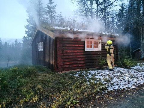 TAKET TOK FYR: Brannvesenet antar at brannen i jakthytta i Lurudalen har startet i takgjennomføringen av pipa.