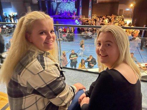 PÅ KONSERT: Amalie Granås Skogan fra Hegra og Mathilde Bratberg fra Stjørdal kom på gjenåpningsfesten for å høre musikk og danse.