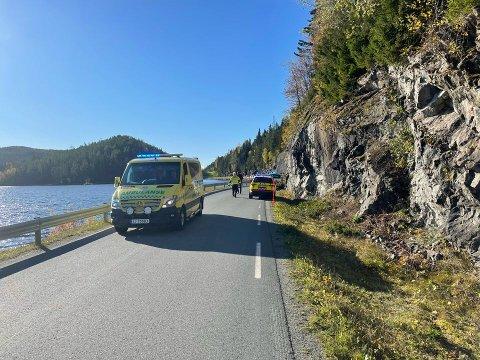 STORE SKADER: Ulykken skjedde ved Byavatnet mellom Ekne og Frosta. Politiet opplyser at bilen traff bergveggen. Det oppsto store materielle skader. Bilføreren ble først betegnet som alvorlig skadd.