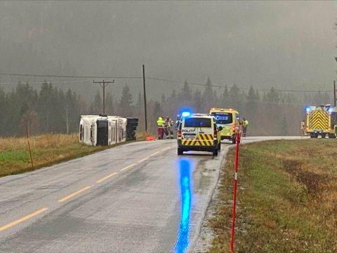 VELTET: Lørdag ettermiddag rykket nødetatene ut til melding om trailervelt på fylkesveg 17. Foto: